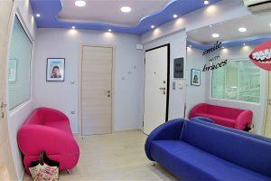 Αίθουσα αναμονής ορθοδοντικού ιατρείου - Αντικριστοί καναπέδες