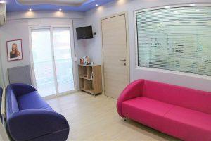 Αίθουσα αναμονής ορθοδοντικού ιατρείου - Αντικριστοί καναπέδες, όπως φαίνονται από την είσοδο