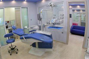 Αίθουσα ορθοδοντικού ιατρείου, με καρέκλα ορθοδοντικού και καρέκλα επισκέπτη