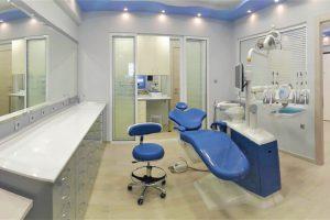 Αίθουσα ορθοδοντικού ιατρείου, με καρέκλα ορθοδοντικού, καρέκλα επισκέπτη, πάγκο εργασίας και εξοπλισμό